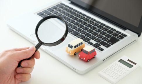 パソコンと車の置物と電卓